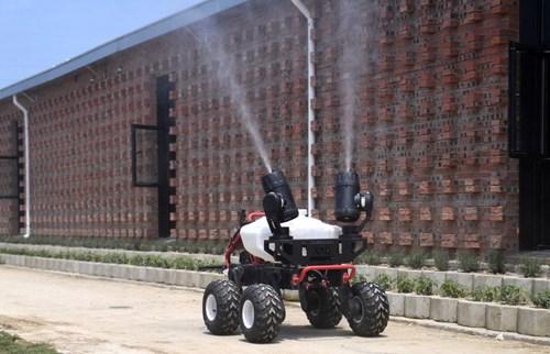 Một robot đang phun khử khuẩn bên ngoài một trang trại lợn ở Giang Tây - Ảnh: Getty/Bloomberg.
