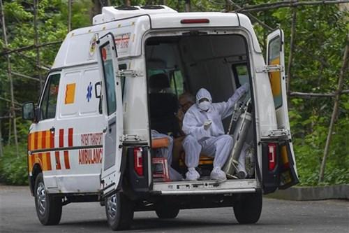 Xe cứu thương đưa bệnh nhân Covid-19 tới trung tâm y tế ở Mumbai, Ấn Độ, ngày 5/7/2021. Ảnh: AFP/ TTXVN