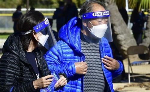 Người dân chờ được tiêm vaccine ngừa Covid-19 tại California, Mỹ. Ảnh: AFP/TTXVN