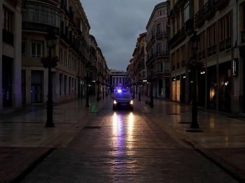 Xe của Cảnh sát Quốc gia Tây Ban Nha tuần tra trênđường Lario tạiMalaga, Tây Ban Nha, ngày 15/3. Ảnh: Reuters