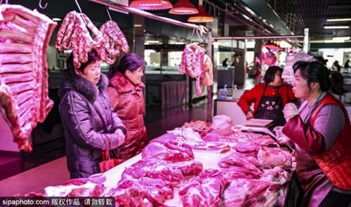 Giá thịt tại Trung Quốc hồi tháng trước vẫn dao động quanh mức 64,42 nhân dân tệ, tương 9,1 USD/kg. Ảnh: Sipa
