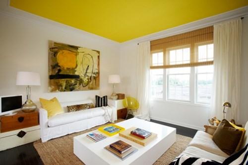 Một sai lầm thường gặp phải khi sơn trần các căn phòng nhỏ đó là sử dụng sơn màu trắng. Thay vào đó hãy thử những màu sắc tươi sáng để tạo điểm nhấn và cảm giác thoáng mát hơn.