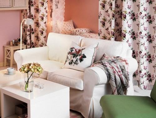 Một chiếc giường trong phòng luôn khiến cho căn nhà của bạn trông chật hẹp. Hãy che nó đi bằng những tấm rèm.