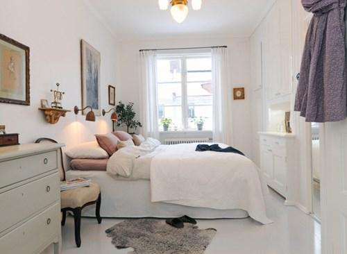 Bạn luôn nhớ rằng, màu sơn sáng sẽ khiến không gian trông lớn hơn so với màu tối. Bởi vậy, bạn nên dùng màu trắng, kem hoặc pastel, tạo sự thoáng đãng cho căn phòng.
