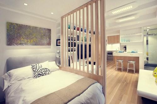 Bạn không nhất thiết phải xây tường để ngăn cách các căn phòng. Một bức tường gỗ có khe sẽ giúp căn hộ của bạn trở nên rộng rãi và sáng sủa hơn.