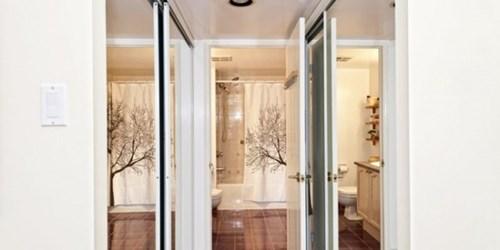 Đặt gương cạnh cửa sổ là mẹo hay để tạo cảm giác căn phòng lớn hơn. Gương lắp vào tủ quần áo hay cửa phòng đều là những gợi ý hay