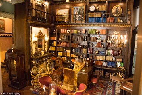Thư viện đầy sách nhỏ xíu mà chỉ có thể đọc dưới kính lúp.