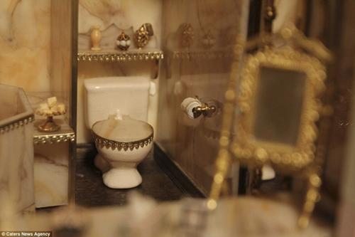 Nhà vệ sinh siêu nhỏ được trang trí tỉ mỉ.