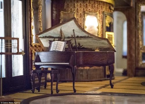Chiếc đàn piano giá trị được bày tại nơi sang trọng của tòa lâu đài.