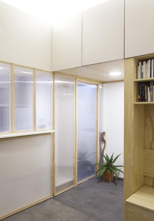 Việc sử dụng cửa mica vừa giữ được sự liên kết giữa các không gian vừa giúp cho ánh sáng từ nhà bếp có thể chiếu rọi ra không gian phòng khách.
