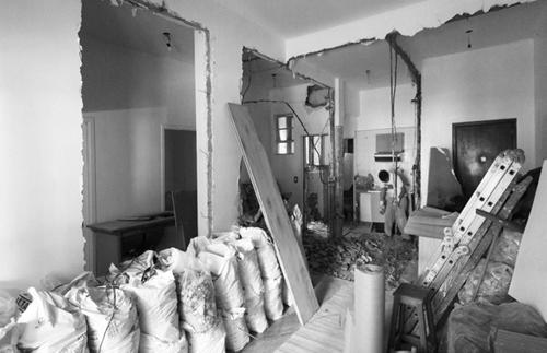 Các bức tường đã bị đập bỏ để mang đến cho căn nhà không gian mở thoáng rộng.