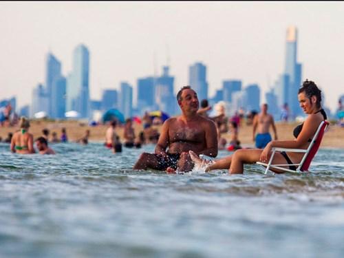 """<b>1. Melbourne, Australia</b></p><p></p><p>Việc Melbourne xếp thứ nhất của xếp hạng này khẳng định đánh giá của EIU rằng """"những thành phố đạt điểm cao nhất thường là những thành phố có quy mô trung bình ở các nước giàu hơn, với mật độ dân số tương đối thấp. Những yếu tố này cho phép phát triển nhiều hoạt động giải trí mà không dẫn tới tỷ lệ tội phạm cao hay cơ sở hạ tầng bị quá tải""""."""