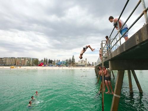 """<b>5 (đồng hạng). Adelaide, Australia</b></p><p></p><p>Adelaide xuất hiện trong top 9 của xếp hạng năm nay nhờ đạt điểm cao ở nhiều tiêu chí, và cũng nhờ Sydney bị trượt khỏi xếp hạng. Sydney không có tên trong top 9 do """"nguy cơ khủng bố bị cho là tăng lên ở thành phố này"""".</p><p>"""
