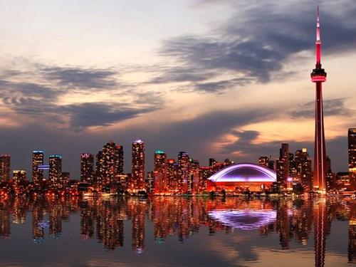 <b>4. Toronto, Canada</b></p><p></p><p>Thành phố đông dân nhất ở Canada đạt tổng điểm 97,2 nhưng không được xếp hạng cao hơn do nhận được đánh giá hạn chế về cơ sở hạ tầng.
