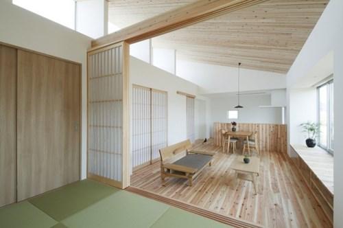 Ngay bên dưới là hệ thống kệ gỗ giúp tăng không gian lưu trữ và trang trí cho ngôi nhà.