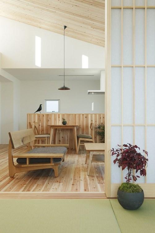 Phía cuối của ngôi nhà còn có một căn phòng được thiết kế đặc trưng căn phòng truyền thống của người Nhật với cửa trượt và thảm trải sàn. Bên cạnh là phòng ngủ của hai vợ chồng.