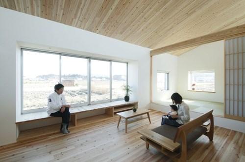 Khung cửa sổ kính thiết kế chạy dọc ngôi nhà không chỉ cung cấp ánh sáng mà còn giúp view từ phòng khách tuyệt đẹp.