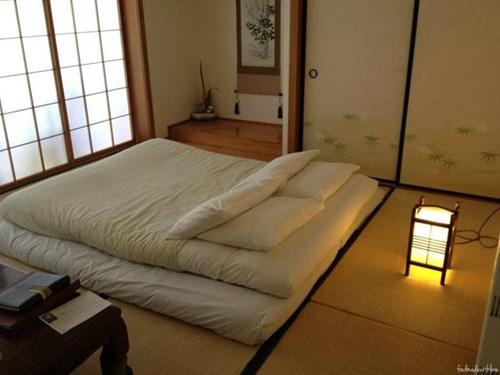 Màu sơn tường phòng ngủ theo truyền thống của Nhật Bản là tông màu đất và họ cũng chỉ sơn một màu đơn. Đây là màu mang lại cảm giác tĩnh tâm và thư thái. (Ảnh Pinterest).