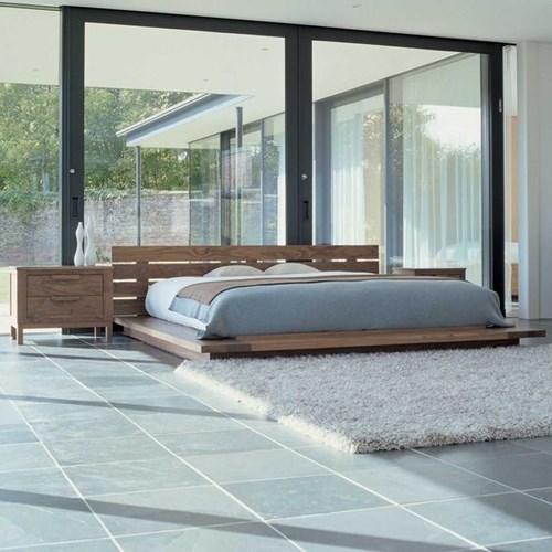 Những chiếc giường trệt được làm bằng gỗ vừa tạo cảm giác ấm cũng vừa giúp không gian trở nên thoáng rộng. (Ảnh Pinterest).