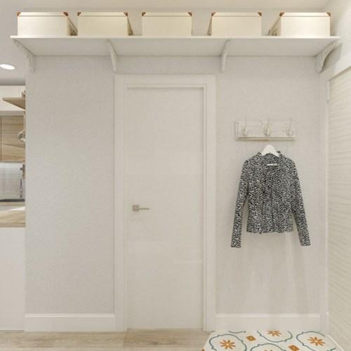 Lối vao nhà được thiết kế đơn giản chỉ với móc treo một số đồ dùng cá nhân của chủ nhà.