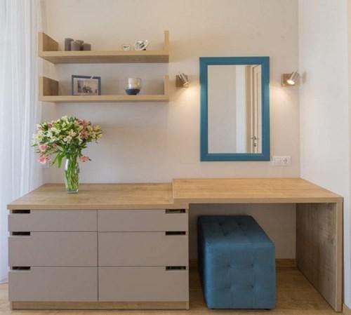 Góc nhỏ dành làm nơi trang trí cho phòng ngủ. bên cạnh là bàn trang điểm nhỏ xinh với chiếc ghế ngồi và gương cùng tông màu xanh mát mắt.