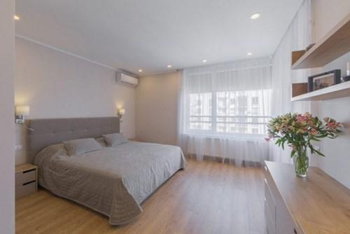 Khác với những căn hộ bình thường khác thường dành nơi thoáng sáng, đẹp nhất để bố trí phòng khách. Nhưng với chủ nhân ngôi nhà này họ lại thích có một góc nghỉ ngơi rộng nhất, thoải mái nhất và đẹp nhất.