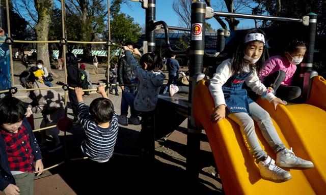 Phụ huynh châu Á khổ sở vì con nghỉ học dài ngày