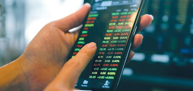 Giá vàng và USD giảm, tiền có chọn chứng khoán?