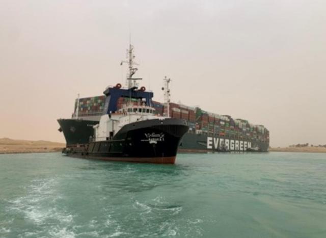 Giao thương hàng hóa đường biển bị tắc nghẽn do tàu mắc kẹt ở kênh đào Suez