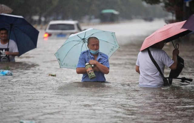 """Mưa lớn nhất 1.000 năm gây lũ lụt nghiêm trọng ở """"thành phố iPhone"""" của Trung Quốc"""