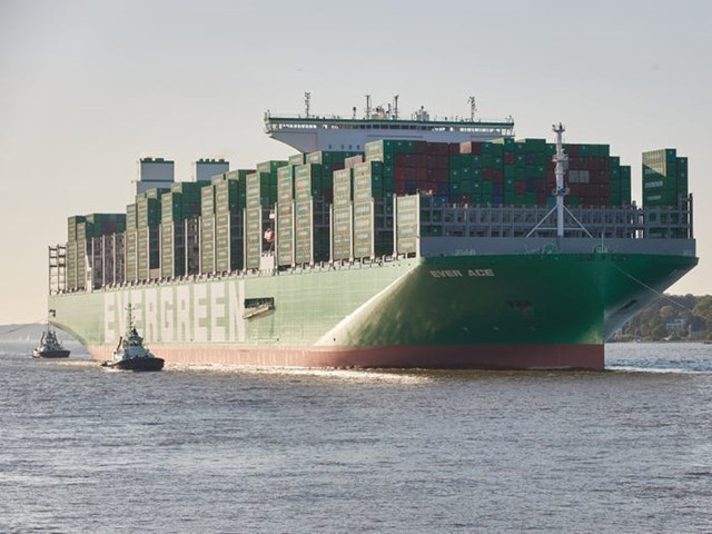 Tàu container lớn nhất thế giới tiếp tục di chuyển đến kênh đào Suez