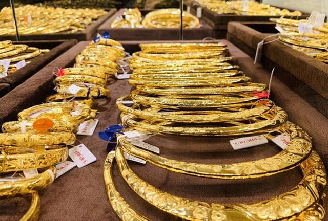 Đầu tuần, giá vàng đồng loạt giảm, USD bật tăng