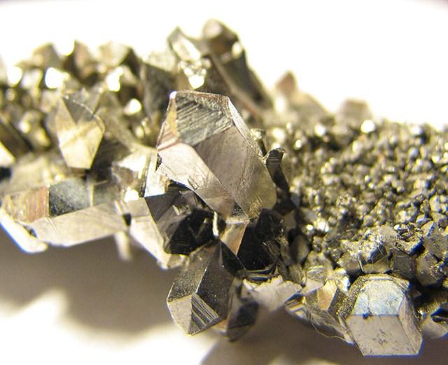 Không ai biết đến nhưng kim loại này đang được các công ty ráo riết săn lùng