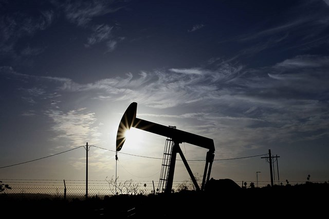 Giá dầu Mỹ xuống sát 40 USD/thùng