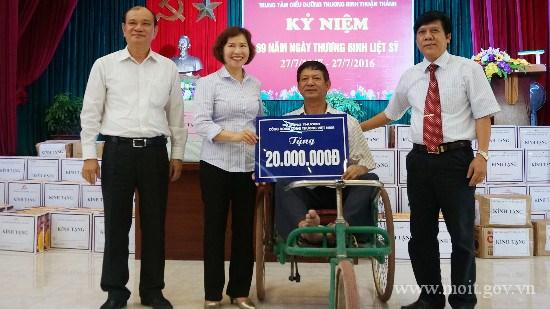 TT Hồ Thị Kim Thoa thăm và tặng quà các thương binh, bệnh binh tại TT Thuận Thành