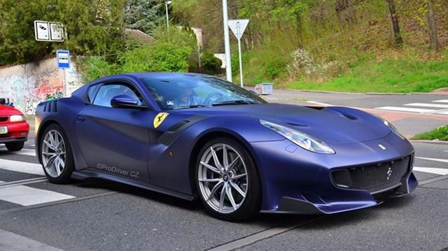 Hàng hiếm Ferrari F12tdf màu lạ xuất hiện tại Cộng hòa Séc
