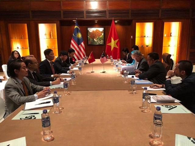 Bộ trưởng Trần Tuấn Anh tiếp Bộ trưởng BTM QT và CN Malaysia trong khuôn khổ APEC