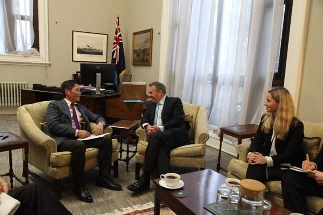 Bộ trưởng Trần Tuấn Anh gặp và làm việc với Bộ trưởng Thương mại quốc tế VQ Anh