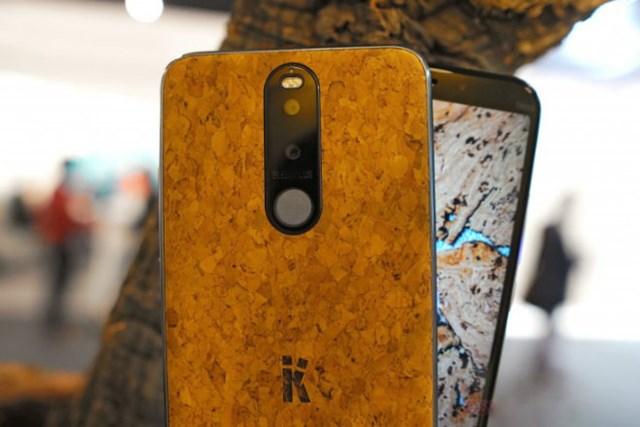LẠ: Smartphone làm từ gỗ nút chai, 50 năm vẫn chạy tốt