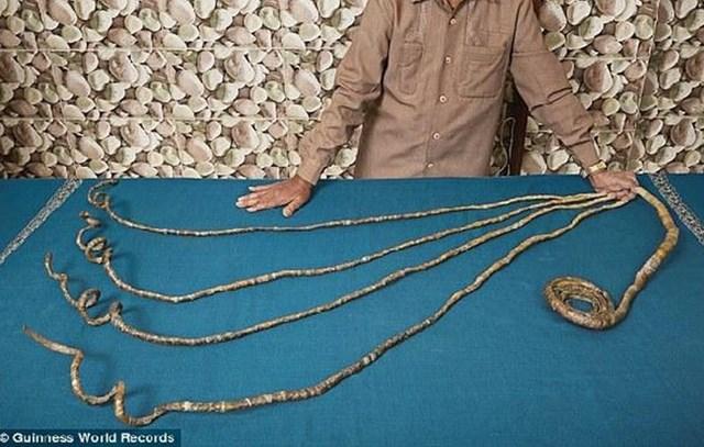 Sau 66 năm gìn giữ, người đàn ông này đã cắt đi bộ móng tay đạt kỷ lục Guinness