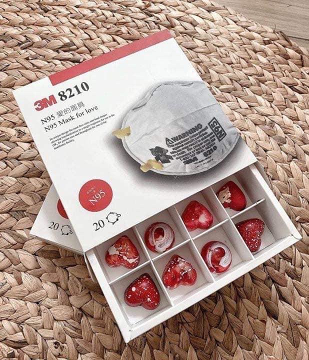 Socola khẩu trang 3M, airpod pro giá nửa triệu đồng/hộp cháy hàng trong Valentine