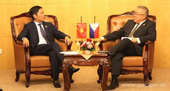 Bộ trưởng Trần Tuấn Anh gặp song phương với Bộ trưởng BCT Phi-líp-pin bên lề AEM 48