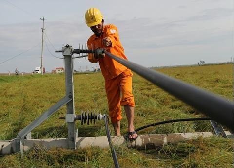 Hậu bão số 12: EVNCPC khẩn trương khôi phục cấp điện trở lại
