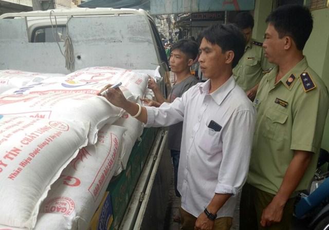 An Giang:Tạm giữ 1.450 kg đường cát do Thái Lan sản xuất được chiết sang bao gạo sạch