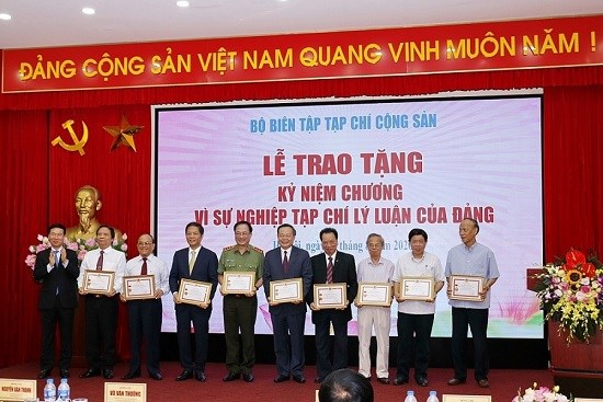 """Bộ trưởng Trần Tuấn Anh nhận Kỷ niệm chương """"Vì sự nghiệp tạp chí lý luận của Đảng"""""""