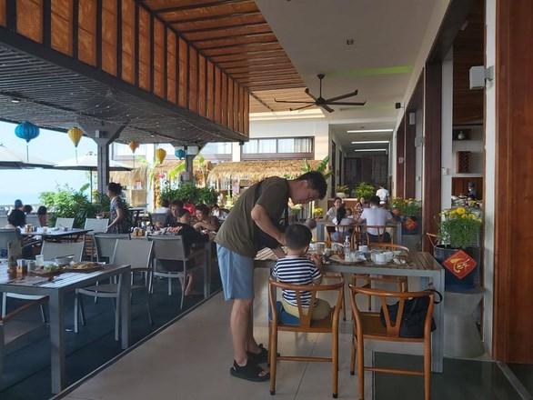 Nhiều khách sạn chỉ đón khách có xác nhận âm tính với COVID-19