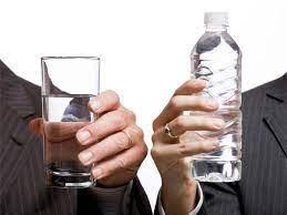 Nước đóng chai gây hại môi trường hơn 3.500 lần nước máy