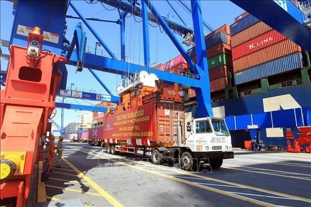 Hàng container qua cảng biển Việt Nam tăng 18%