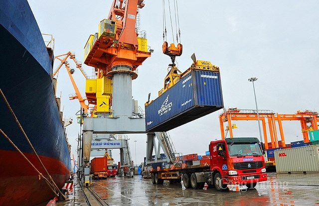 Gia tăng nhập khẩu, cán cân thương mại nghiêng về hướng nhập siêu