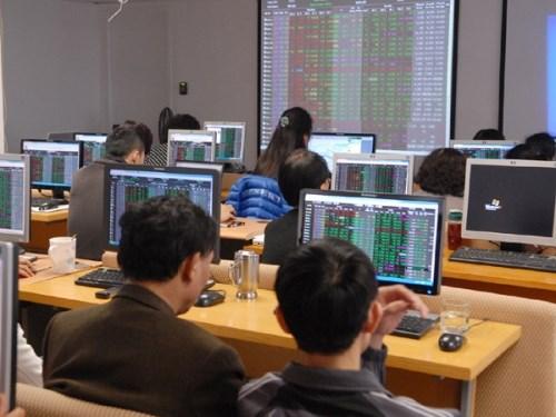 """Chứng khoán sáng 5/7: Cổ phiếu """"tí hon"""" nổi sóng lớn, thị trường đảo chiều thành công"""